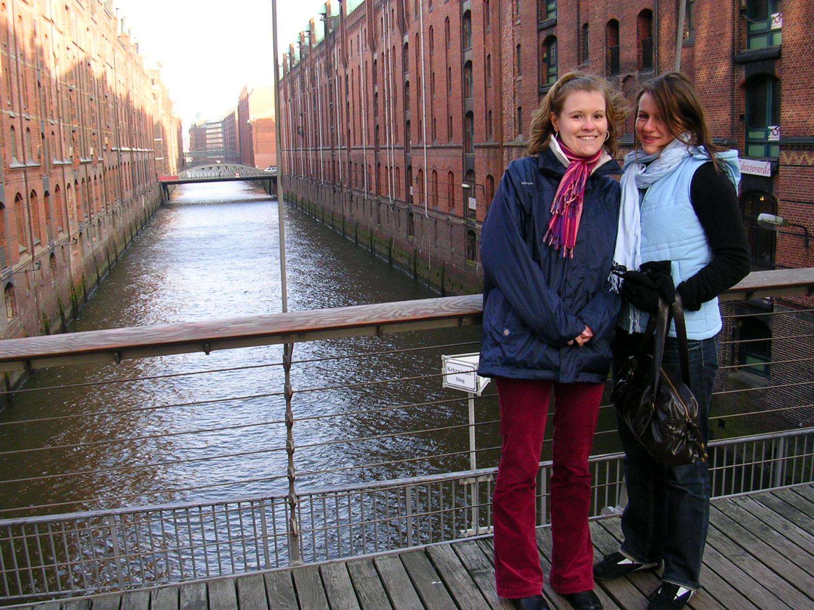 Flo et Marou sont sur un pont... Flo tombe à l'eau... ;-)